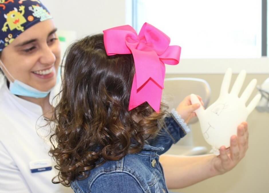 Acha cedo começar a ir ao dentista aos 18 meses?