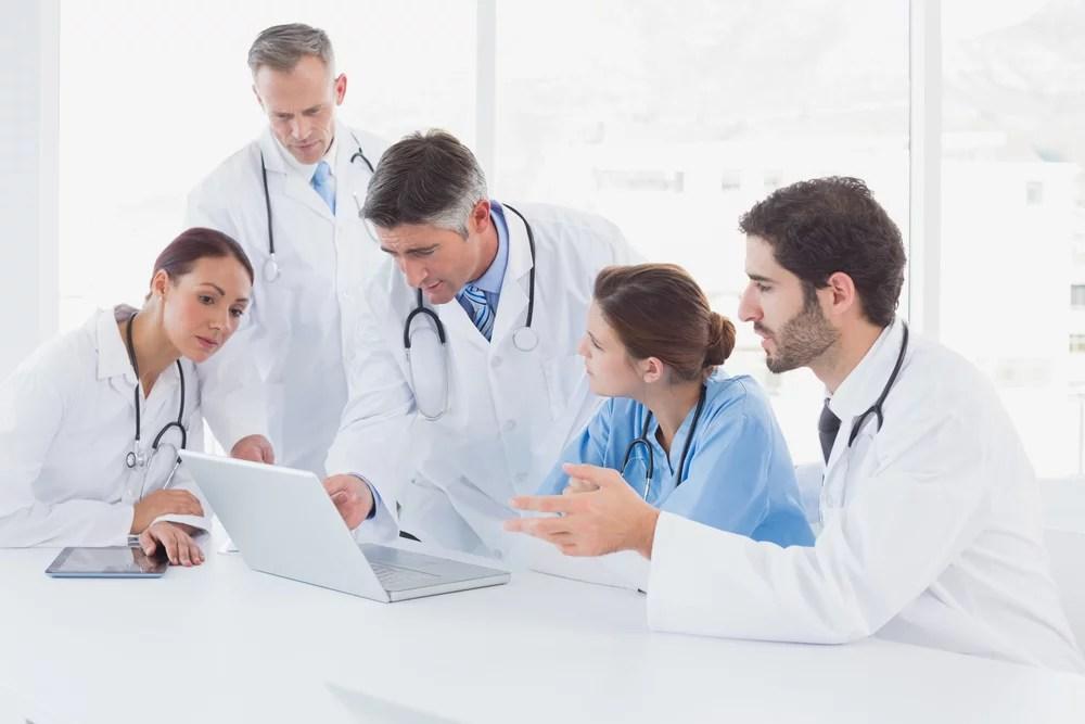 Equipo médico reflexionando acerca de la andropausia