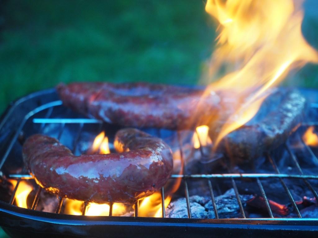 Spécialités et produits corses : Le figatellu corse fait par mon père au barbecue. Un des produits à manger et/ou ramener de corse
