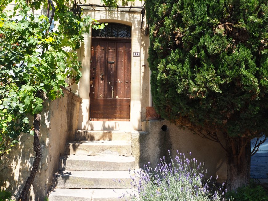 Village de Lourmarin dans le Luberon, Vaucluse. PACA. Porte