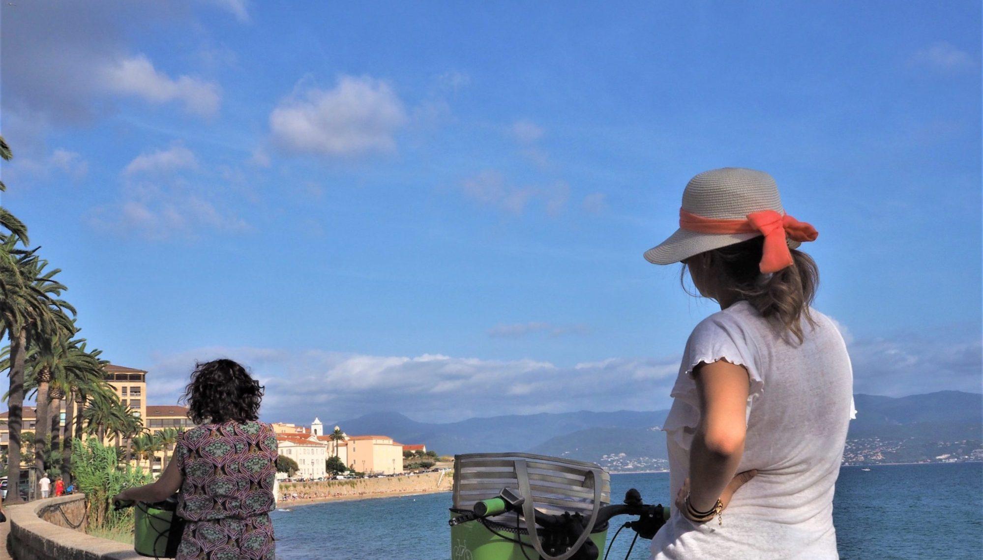 Vue sur Ajaccio, Corse avec vélos Appebike