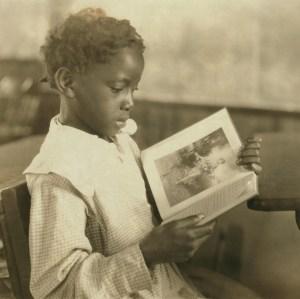vintage-girl-reading