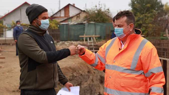 Cristian Cionoiu (fiul) și Nicușor Cionoiu (tatăl), pe șantier, în preajma alegerilor parlamentare din 2020. FOTO Facebook