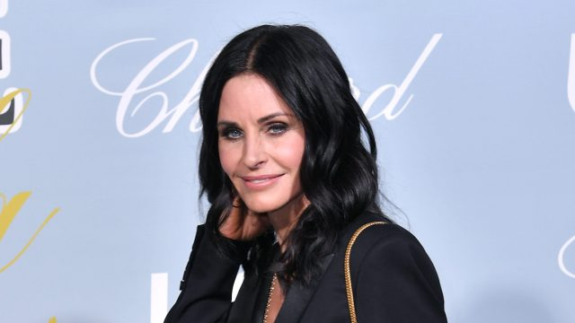courteney cox debuts her brand new hair — which feature bangs!