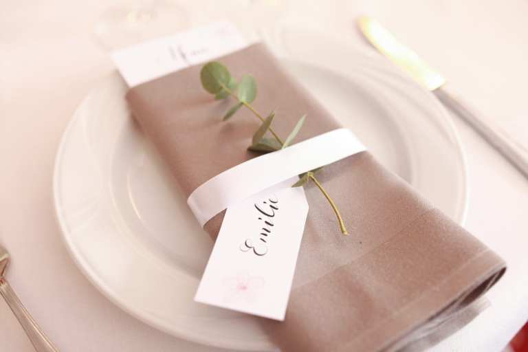 bordkort bundet rundt om servietten