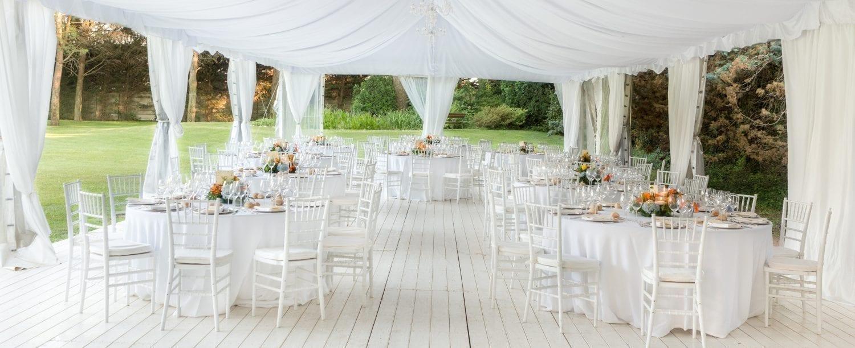 udendørs bryllup. hvidt. elegant. pavillion