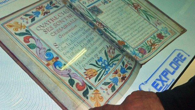 Feuilletage de l'abécadaire de Louis XIV sur une table numérique à la bibliothèque de Rouen