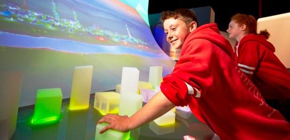 Jeunes visiteurs construisant une ville virtuelle au Scienceworks du Museum Victoria (Photo: Museum Victoria)