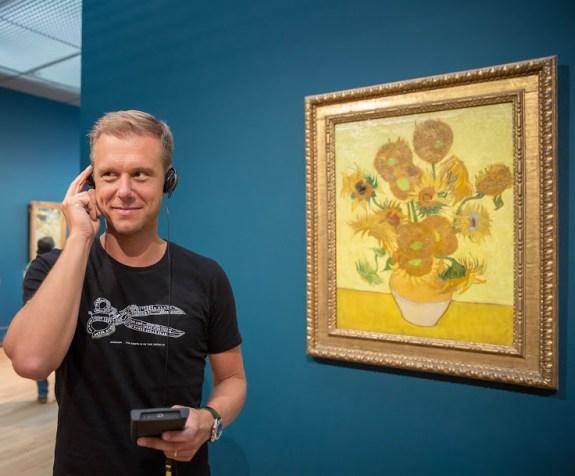 "Armin van Buuren devant ""les tournesols"" de  Vincent van Gogh Photo: Floris Heuer / van Gogh Museum"