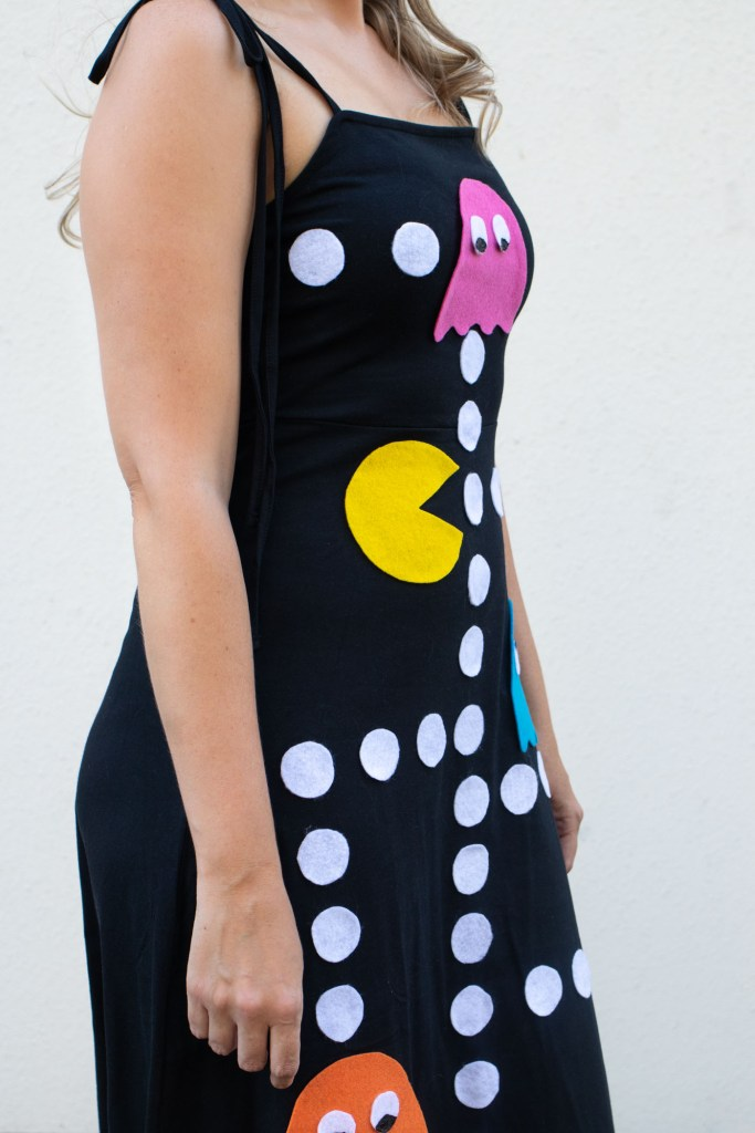 DIY No-Sew Pac-Man Costume for Halloween // Get ready for Halloween in style with this easy no-sew Halloween costume inspired by the 1980s arcade game Pac-Man! Use felt and fabric glue to make a unique Halloween costume that will be the hit of the party! #nosew #halloween #costume #halloweencostume #felt #fabric #dresscostume #halloweenpattern #80s #games