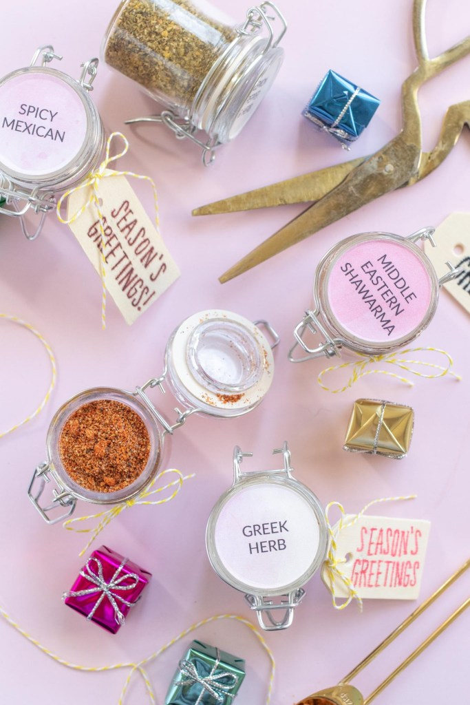 Easy Spice Mix Gifts with Darice for the Holidays // Make sweet homemade gifts using products from Darice and Consumer Crafts! Try these 5 spice mix recipes for making easy food gifts for coworkers, friends and family! #ad #giftideas #christmasgift #foodgifts #diygifts #spicemixes #stickerpaper #weddingfavors