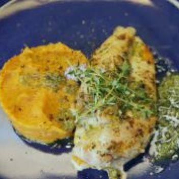 Frango com molho verde e puré de batata-doce