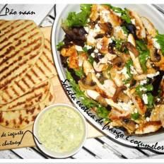 Salada exótica de frango com pão Naan e molho e iogurte e chutney