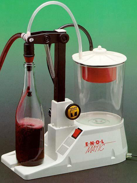 Enchedoras de pressão diferencial • Nas enchedoras de pressão diferencial, cria-se uma diferença de pressão entre o interior da garrafa e o reservatório de alimentação da enchedora. • Neste modelo de enchedora, o ar contido na garrafa é aspirado, criando-se a depressão necessária para o movimento do vinho. Atingido o nível de enchimento, o excesso de vinho e espuma são enviados para o recipiente de recuperação.