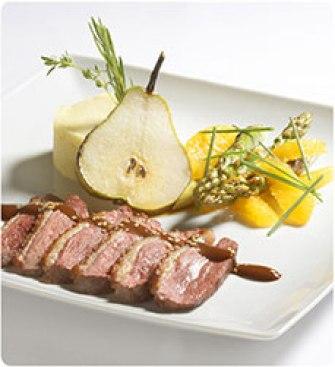 Peito de pato corado, puré de batata e alho francês com vinagreta de chocolate