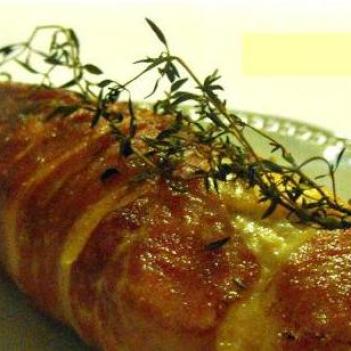 Peitos de frango recheados, embrulhados em presunto