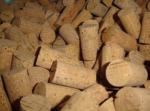 ROLHAS MULTIPEÇA - consistem em duas ou mais metades de cortiça coladas entre si. São mais usadas em garrafas de grande formato e não são recomendadas para estágios longos