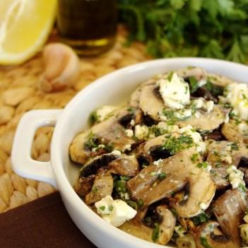 Salada de cogumelos grelhados com queijo feta