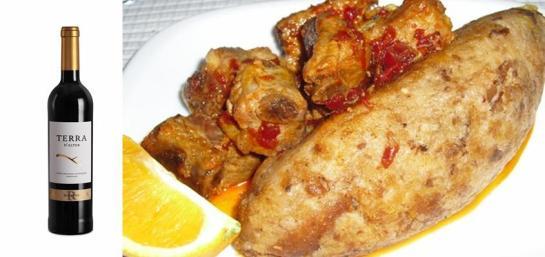 Ingredientes carne de porco da perna toucinho entremeado linguiça 100 gr de banha 3 ou 4 dentes de alho massa de pimentão sal e pão do Alentejo    Pisam-se os alhos com o sal e barra-se a carne depois envolve-se a carne com a massa de pimentão e deixa-se ficar assim umas horas.Fritam-se as carnes e a linguiça na banha em lume fraco. Depois num tacho põem-se as fatias de pão alentejano cortadas fininhas e põe-se um pouco de água quente. Vai-se acalcando o pão com uma colher de pau e vai-se virando o pão dando voltas com o tacho, entretanto retira-se a carne do molho e passa-se o mesmo por um passador e junta-se ao pão voltando a mexer, quando o pão se despegar das paredes do tacho estão prontas as migas. As migas servem-se com as carnes fritas por cima.