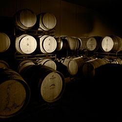 SALA DOS BARRIS É sempre excitante entrar na sala dos barris da nossa adega. Os barris, feitos com o melhor carvalho francês, transmitem a nobreza dos vinhos que amadurecem. Dorina Linderman controla-os e prova-os constantemente, determinando qual o melhor barril para cada vinho.