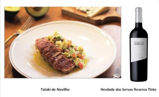 INGREDIENTES - 400g de vazia limpa; - 200g de abacate; - 120g de tomate chucha; - 60g de cebola roxa; - 60g de queijo roquefort; - cebolinho q.b; - 1 ovo cozido; - azeite q.b.; - sal q.b.; - flor de sal q.b.; - pimenta q.b.; PREPARAÇÃO Corte a carne em forma de paralelepípedos e tempere com flor de sal. Numa frigideira anti-aderente, num fio de azeite bem quente, deixe a carne corar de todos os lados.  A carne deverá ficar tostada por fora e ainda crua por dentro. Retire a carne da fridgideira e deixe arrefecer numa grelha. Corte o tomate em quartos, faça correr a faca no sentido do comprimento para retirar as sementes, corte em tiras e depois em pequenos cubos. Coloque o tomate picado dentro duma taça. Junte à mesma taça cebola roxa picada, o cebolinho picado, o queijo Roquefort desfeito, o ovo cozido ralado, o abacate cortado em cubos, sumo de limão, azeite, um pouco de sal (não coloque demasiado sal pois o queijo já é salgado) e pimenta. Envolva tudo muito bem. Se necessário, retifique os temperos. Corte o tataki de novilho em fatias com cerca de 1cm de espessura e sirva com a salada de abacate, tomate, ovo cozido, cebolinho e cebola roxa. Finalize com um pouco de flor de sal só na carne, pimenta e um fio de azeite. Sirva de imediato.
