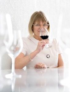 1) Jancis Robinson - lamenta o facto do vinho não ser tão conhecido e apreciado em Portugal. Facto, que neste país já vem sendo um hábito: aquilo que depreciamos cá dentro, tem um enorme impacto lá fora. E não é apenas no campo dos vinhos.