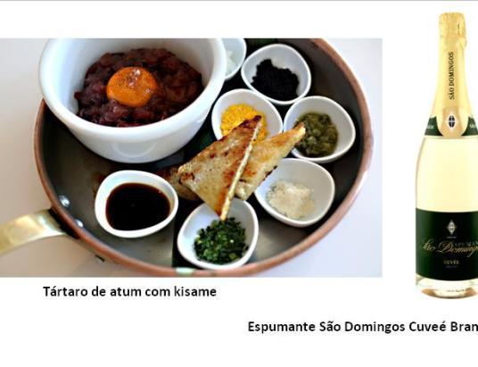 Tártaro de atum com kisame (4 pessoas) 285 g de atum 10 g clara de ovo cozida bem picada 5 g gema de ovo cozida bem picada 10 g de caviar Avruga 1 g de cebolinho 10 g de rábano 15 g de wasabifresco (kisame) 3 colheres de sopa de molho de soja Flor de sal q.b. Uma gema de ovo crua Preparação Cortar o lombo de atum em fatias finas longitudinais e picar. Colocar o peixe numa tigela, adicionar todos os ingredientes, temperar com flor de sal. Envolver muito bem.