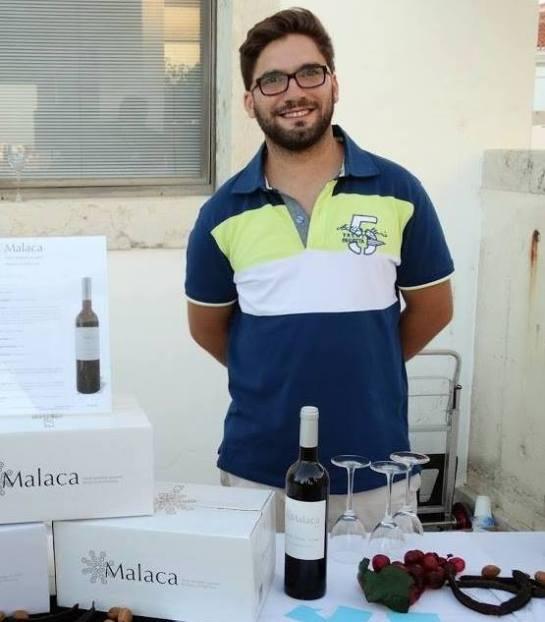 A produção de vinhos vem de geração anterior, mas só agora o Sr Luís Cabrita decidiu lançar-se e diga-se que bem. Pouco tempo depois já conquistou alguns prémios com os seus excelentes vinhos. Mais um contributo para contrariar a tendência que do Algarve se limitar Sol e Mar.