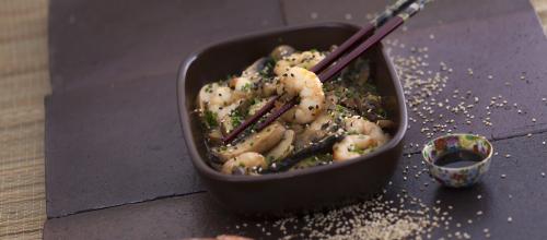 Camarões salteados com cogumelos e molho de soja Ingredientes:  300 g de miolo de camarão  300 g de cogumelos portobello  30 g de sementes de sésamo  1 cebola grande  2 dentes de alho  1 dl de azeite  2 colheres (sopa) molho de soja  Cebolinho q.b.  Sal e pimenta q.b.   Preparação: Lave os cogumelos, escorra-os e corte-os em lâminas. Descasque a cebola e os dentes de alho, corte a cebola em rodelas e pique os alhos. Aqueça o azeite numa frigideira, junte os dentes de alho e as rodelas de cebola e deixe alourar. Junte depois os cogumelos e deixe cozinhar durante 5 a 10 minutos. Adicione o camarão e o molho de soja, deixe cozinhar até ganharem cor e tempere com pimenta e sal, se necessário. No final, polvilhe com as sementes de sésamo e cebolinho picado e sirva.