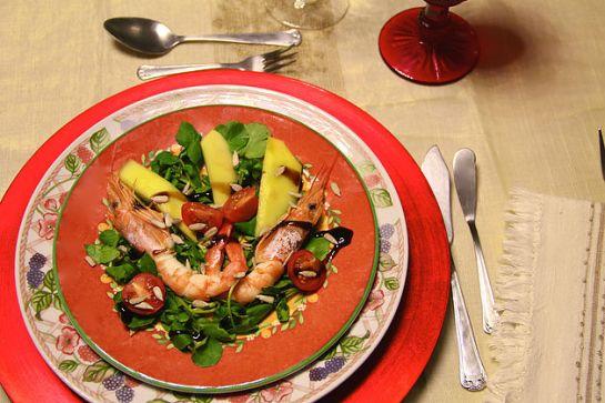 SALADA TROPICAL DE CAMARÃO Cozer 24 camarões em água a ferver com sal. Um molho de agriões, manga e tomate cherry. Depois de cozidos os camarões, escorrer a água e descascá-los (deixar a cabeça e o rabo). Temperar com gotas de limão, vinagre balsâmico e sementes de girassol.