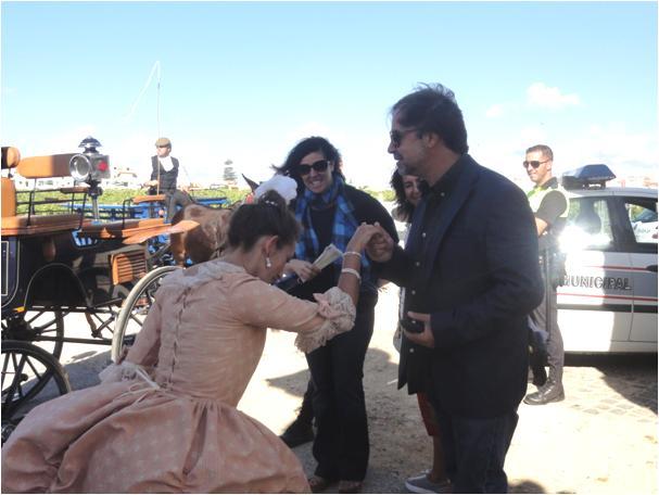 O jornalista da TVI, Paulo Salvador a dar uma ajuda à Sra. Marquesa