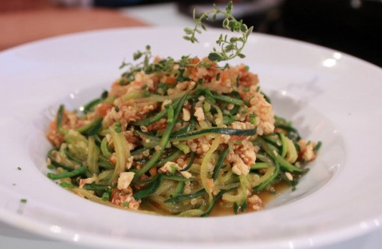 Bolonhesa de curgete com quinoa