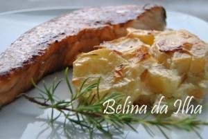 postas-de-salmao-em-molho-teriyaki-com-batatas-gratinadas