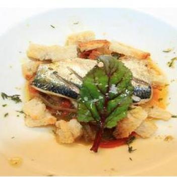 Bruschettas de sardinha em refogado de pimentos e cebola
