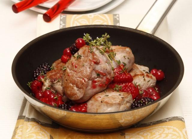 Medalhoes de porco com molho de frutos silvestres
