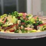 Salada de agriao com picles, presunto e queijo