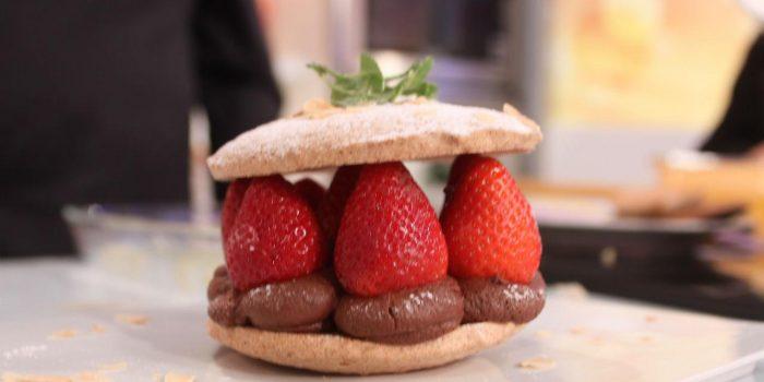 Crocante de amendoa com ganache de chocolate e morangos