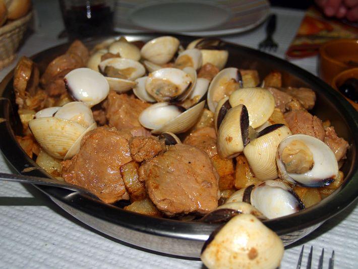 1200px-Carne_de_porco_à_Alentejana