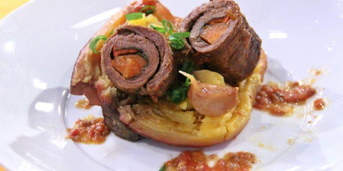 Bifinhos de novilho enrolados com legumes e batata doce assada