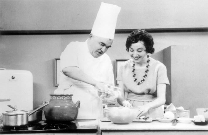 Maria de Lourdes Modesto + com o chefe Joao Ribeiro, por muitos considerado o nosso maior cozinheiro do século XX, no programa Culinaria, RTP 1958-1970  -02/08/25-
