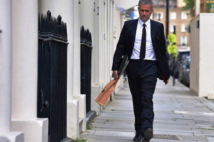 José Mourinho levando um Barca Velha de presente ao seu amigo, Sir Alex Ferguson