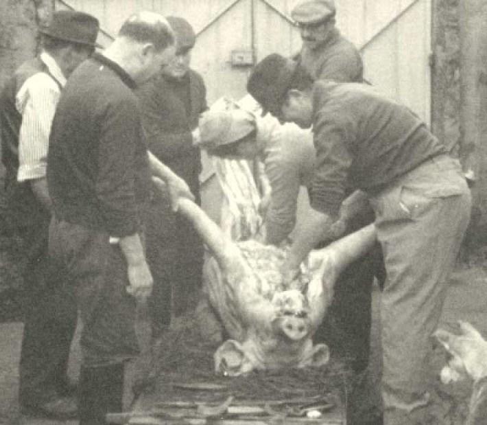 Típico amanhar do porco em Valpaços. Foto antiga dos anos 70