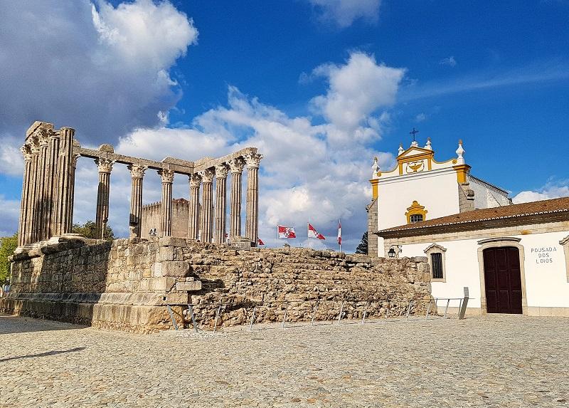 Évora foi refundada pelos romanos como Ebora Cerealis e depois Liberalitas Julia sobre um povoado celta em 27 AC)