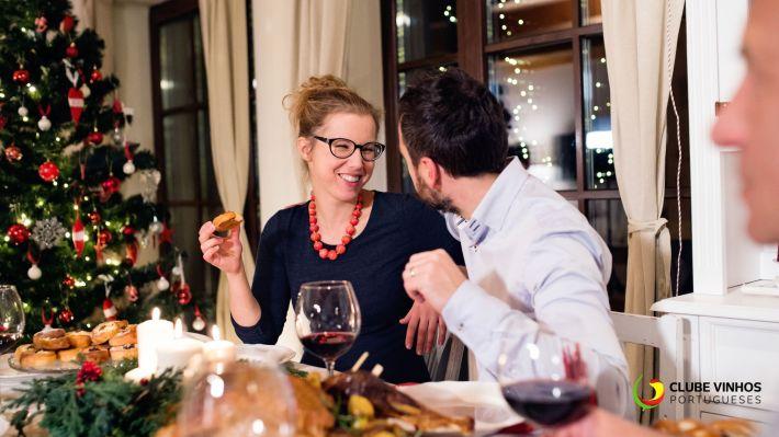 jantar-casal-vinho-tinto-mesa-arvore