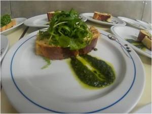 Torta de bacalhau pesto de tomate seco canónigos