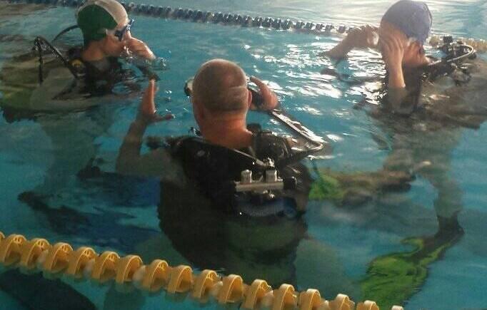 Foto di lezione sub in piscina