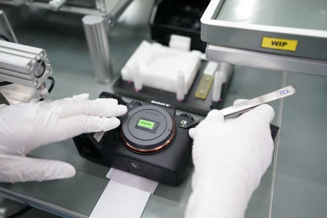 A new A9 is born! Aproape de final, pe linia de asamblare, se monteaza celebrul logo Sony Alpha si camera trece prin verificarea finala (computerizata)