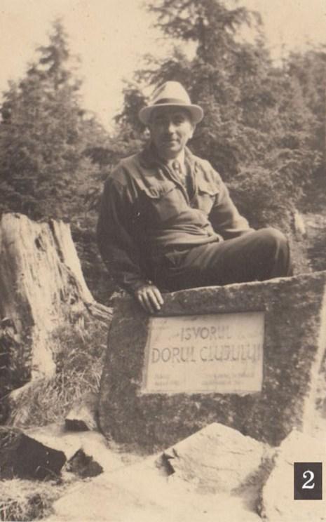 Fig.2 – Izvorul Dorul Clujului în 1942, cu prima placă, din marmură (Ion Căuș, bărbatul din imagine, a fost patronul exploatației forestiere care a valorificat materialul lemnos dărâmat în zona Păltinișului de uraganul din 29 oct.1939).