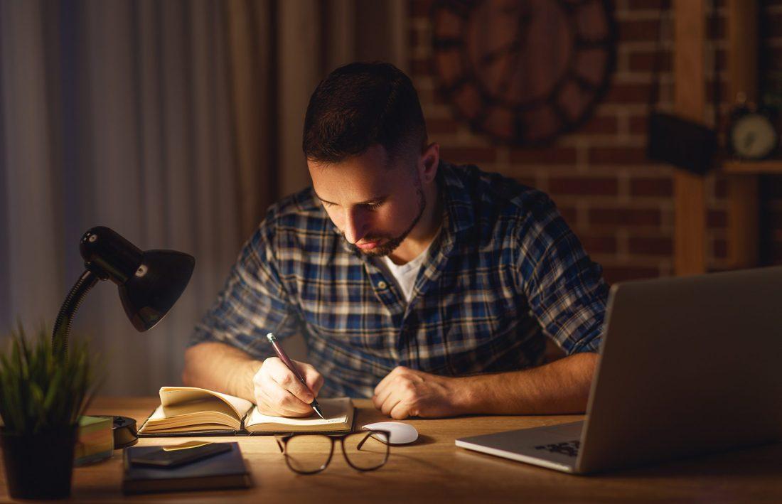 Opositor estudiando