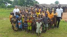 Posjet selu Nankando. Djeca uče sama učitelja nema.